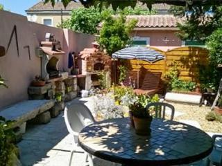 Charming 2-bedroom village house in Châteaurenard, just south of Avignon, with garden and terrace, Chateaurenard