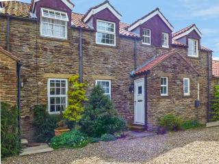SECRET VIEW COTTAGE, WiFi, beautiful views from bedrooms, small patio, easy drive to York, near Terrington, Ref 920394