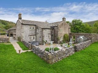 HILLTOP HOUSE, Grade II listed, large grounds, hot tub, woodburning stove, near Starbotton, Ref 920674