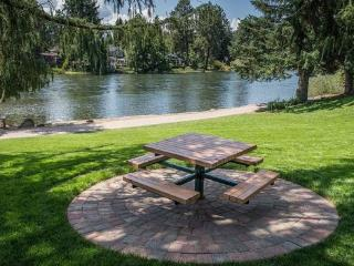 Bend Condo, 2 Blocks to Downtown, Walk Along the River, Peaceful and Beautiful