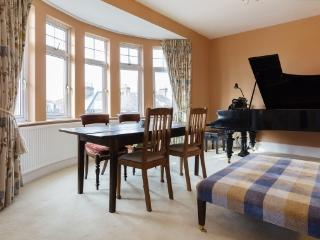 Large 3 bed apartment, Cholmley Gds, W. Hampstead, Londres