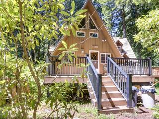 Cozy riverside cabin - warm & homey with jet tub., Rhododendron