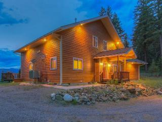 Gorgeous home with expansive deck and mountain views, Sagle