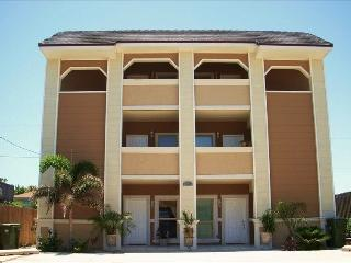 Calm Seas Luxury Condo...steps from the beach!, South Padre Island