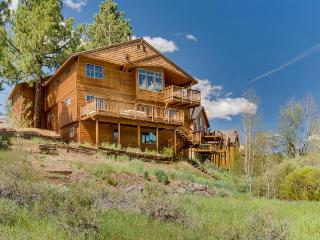 Spacious home overlooking pond, with a private hot tub!, Truckee