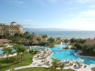 1 BR Ocean and Pool View Close to Everything., Puerto Vallarta