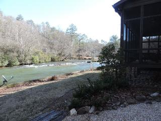 Secluded River Cabin in the Coosawattee River Resort, Ellijay