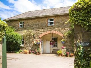 CARRIAGE APARTMENT, all first floor in Grade II listed coach house, parking, garden, in Lydney, Ref 924554