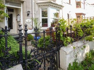 RYDAL MOUNT, three-storey terraced, pet-friendly, enclosed gardens, TV in all bedrooms, WiFi, in Tenby, Ref 925897