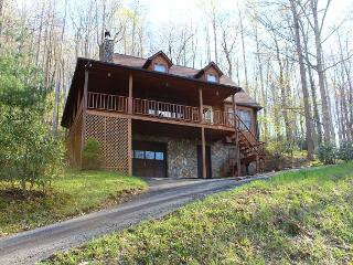 'THE MOUNTAIN MOOSE'' Overlooking Mtn Aire Golf Course with hot tub & WiFi, West Jefferson
