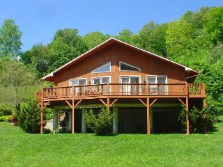 'RIVER HAVEN'  Riverfront With Hot Tub, WiFi, FirePit and Ping Pong Table!, Fleetwood