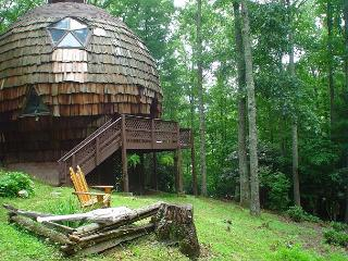 'UNFORGETTABLE' Geodesic Dome On 40 Private Acres W/Bubbling Hot Tub & Pond!, Grassy Creek