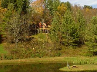 'SUNRISE SENSATION'  Enjoy Beautiful Views Of The Pond From The Hot Tub!, Grassy Creek