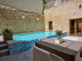 Ta Rozamari house with pool and hot water jacuzzi, Zejtun