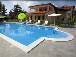 Sirmione apartment with pool and air conditioning