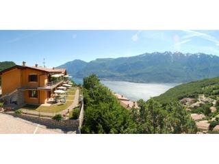 Lake view apartment with swimming pool & wifi, Tignale