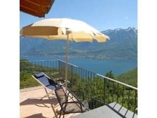 Stunning lake view apartment with pool & wifi, Tignale