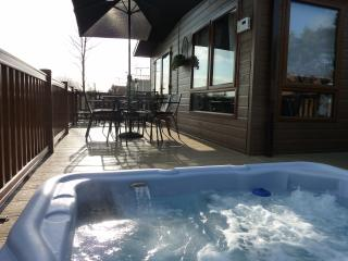 Tally Ho 3 ! Luxury let with large hot tub & wifi, Tattershall