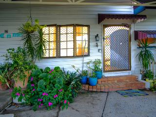 dog'nme holiday cottage, a Gold Coast charmer, Biggera Waters