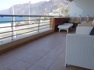 Front oceanview 2- bedroom apartment Los Gigantes