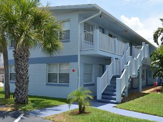 Cozy Condo just steps from the beach, Cocoa Beach