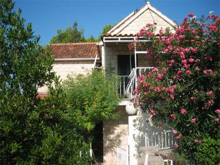 Self-Catering Apartments with Balcony & Sea View, Milna