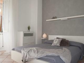 Santonofrio Colors large apartment for 6-8 guests, Rome
