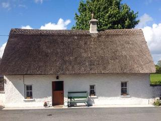 HIGH NELLY COTTAGE, pet-friendly, multi-fuel range, WiFi, character beams, thatched cottage near Abbeyleix, Ref 923044