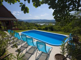 Villa Idill: 6 rooms, pool, panorama, Zebegeny