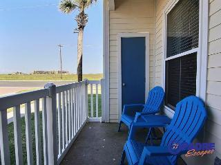 Come enjoy the ALL NEW Gulf Front Getaway, just steps from the beach!, Corpus Christi