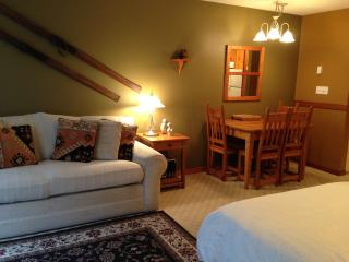 Desirable Studio - Fully furnished - Pet Friendly, Silver Star