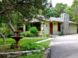 Adorable La Cassette - 2 Bedroom Cottage w/Hot Tub, Wimberley