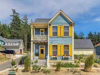 Lovely three-bedroom home w/private hot tub, close to beach!, Lincoln City