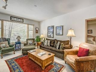 2BR Aspenwood Lodge Condo in Exclusive Gated Community in the Heart of Arrowhead Village, Walk to Lifts, Pool/Hot Tub, and Restaurant, Edwards