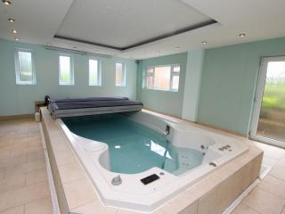 Nottingham luxury home with indoor pool sleeps 12, West Bridgford