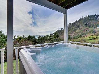 Oceanfront home w/private hot tub and space for 12-14!, Newport
