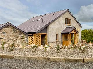 TYN Y CELYN UCHAF, luxury cottage with hot tub, woodburner, en-suites, WiFi, views, close to Ruthin Ref 922376