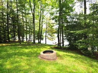 Lovely Lakefront home with Hot Tub & Private Dock!, Swanton