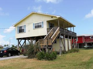 Beautiful Beach Home only steps away from the White sandy Gulf Beaches!, Fort Morgan