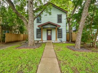 3BR Colorful SoFi House, 1 Block from S. 1st with Outdoor Living Room, Austin