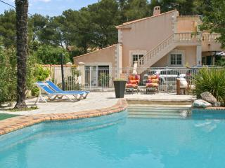Spacious apartment near Aix-en-Provence with swimming pool, terrace, garden and WiFi - sleeps 4, Velaux