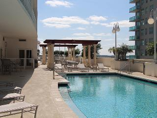 Luxurious waterfront Penthouse, 3/2 sleeps 8!!, Miami