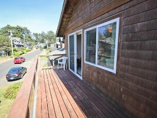 BEACHAVEN ~ Great location 1/2 block to the beach and 1 block to town!!!, Manzanita