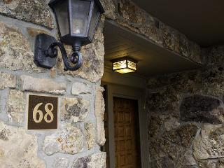 Beautiful Remodeled Golf Course Town home only 1 mile from Vail Village