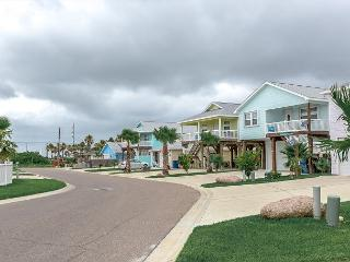 Mermaid located blocks from the beach! Pool, Pets, Port Aransas