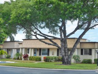 Nice two bedroom condo just steps to the community pool! 90 day minimum., Fort Myers
