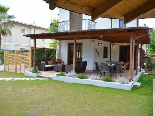 Near the beach with hot tub Jacuzzi in the garden, Forte Dei Marmi