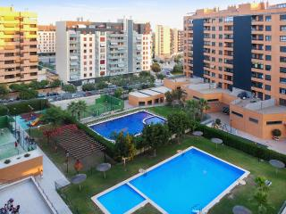 Colourful Alicante apartment w/ balcony, WiFi, pool & padel tennis, seconds from bars & restaurants