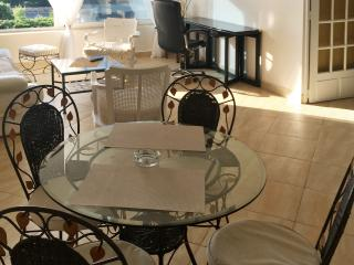 Elegant apartment in Marseille with beautiful sea views, air con and WiFi – 50 metres from the beach