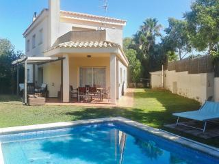 Mountain-view house near the coast in Catalonia w/ private pool and fenced garden – 3km from Sitges, Sant Pere de Ribes
